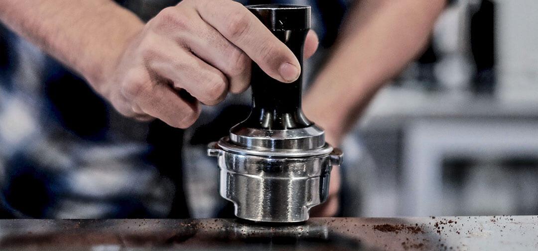 Pressare il caffè in modo equilibrato